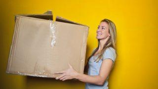 荷物を運んでくれる女性