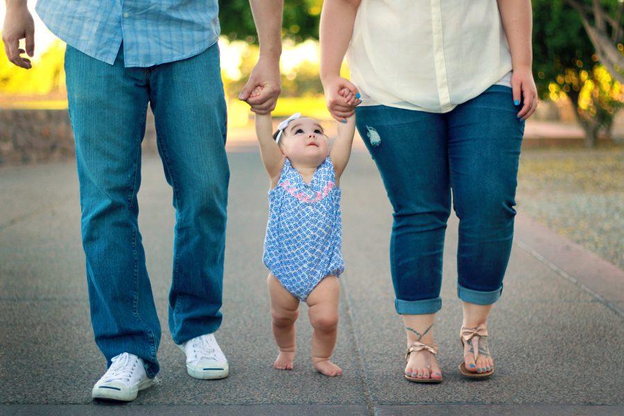 両親と手をつなぐ子ども