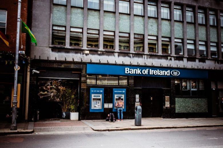 銀行振込に対処する人