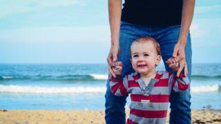 子どもと幸せな時間を過ごす父親