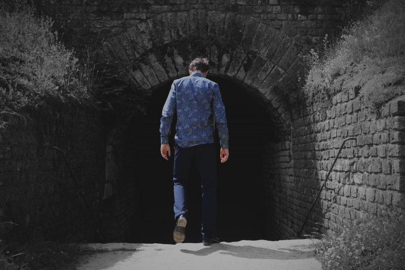 迷路に迷い込んだ男