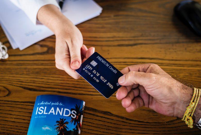 クレジットカードで決済する人