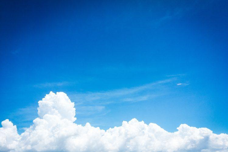 不安とは無縁な青空