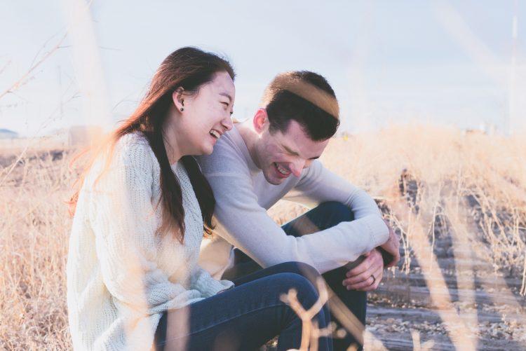 安定を手に入れて幸せに過ごすカップル