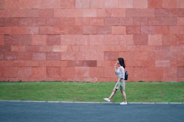 淡々と我が道を歩く女性