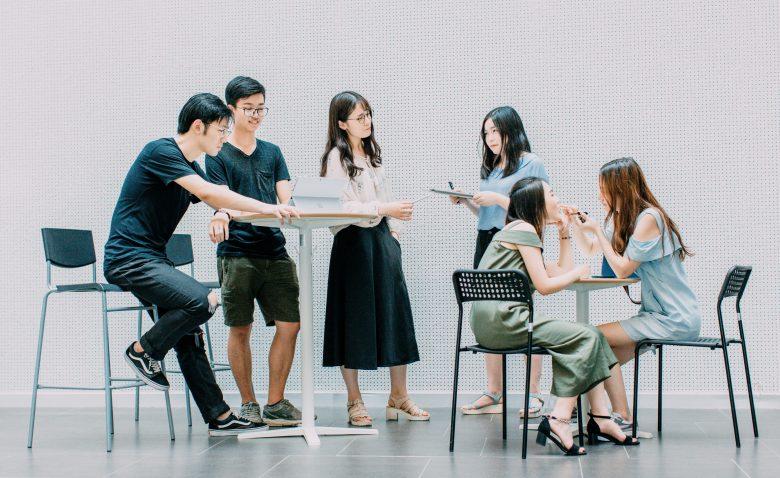 就職活動をする学生たち