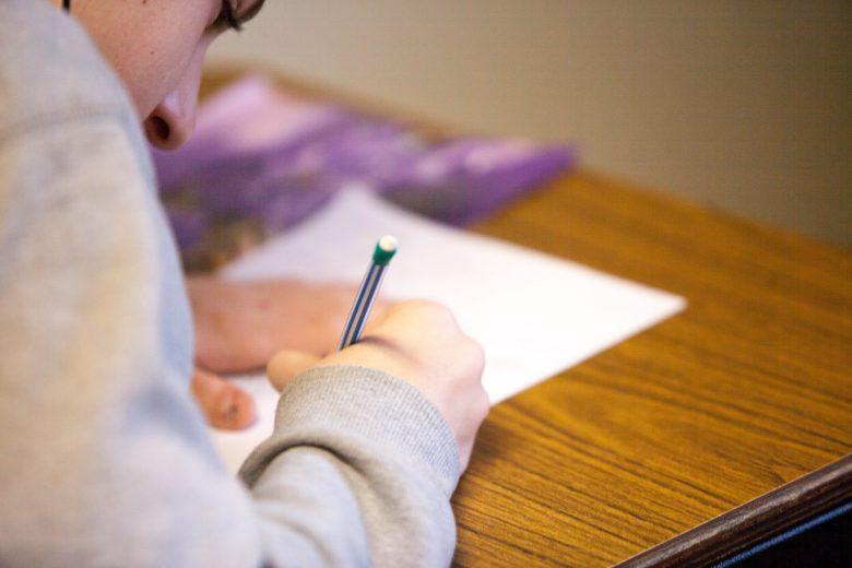 英語を猛勉強する学生