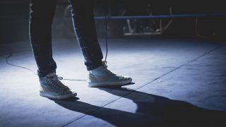 アパレルで将来が不安な男性の靴