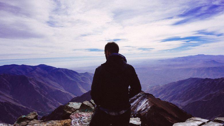 山を頂上まで登ることに成功した人
