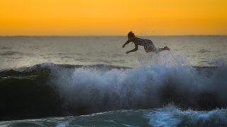 波に乗り損ねたサーファー
