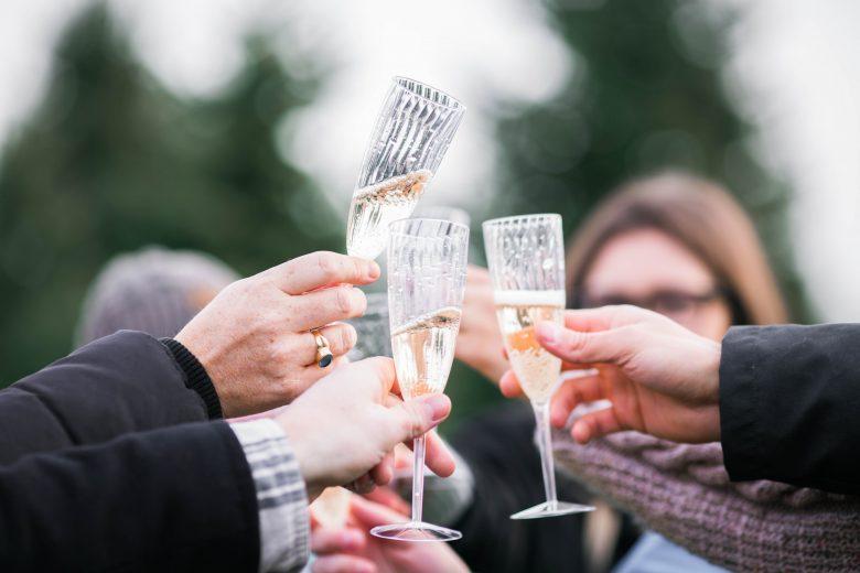 シャンパンで乾杯するパーティー