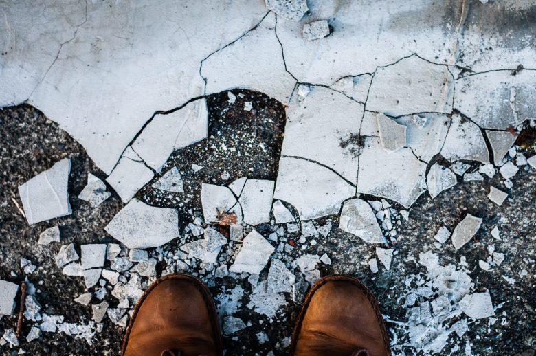 道を壊してしまった人の足