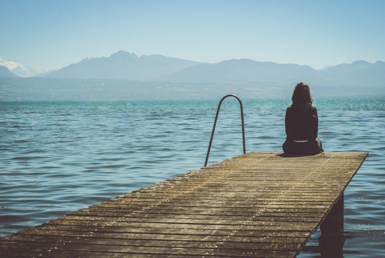 不安に苛まれて海にきた女性