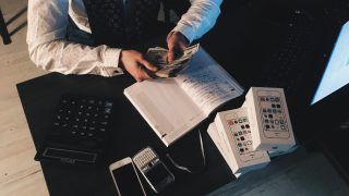 会社からの給料を数えるビジネスマン