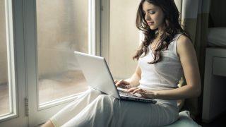 ネットで仕入れをする女性