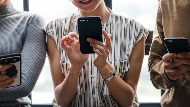 スマホでアプリを使う女性