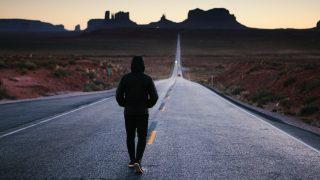 成功への道を歩く人