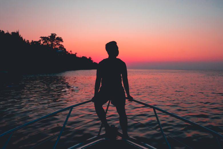 海辺で第二の人生を考える男性