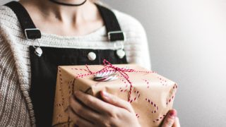 贈り物を届けてくれる女性