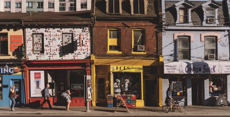 人気店が並ぶメインストリート