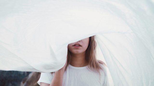 現実から目を背ける女性
