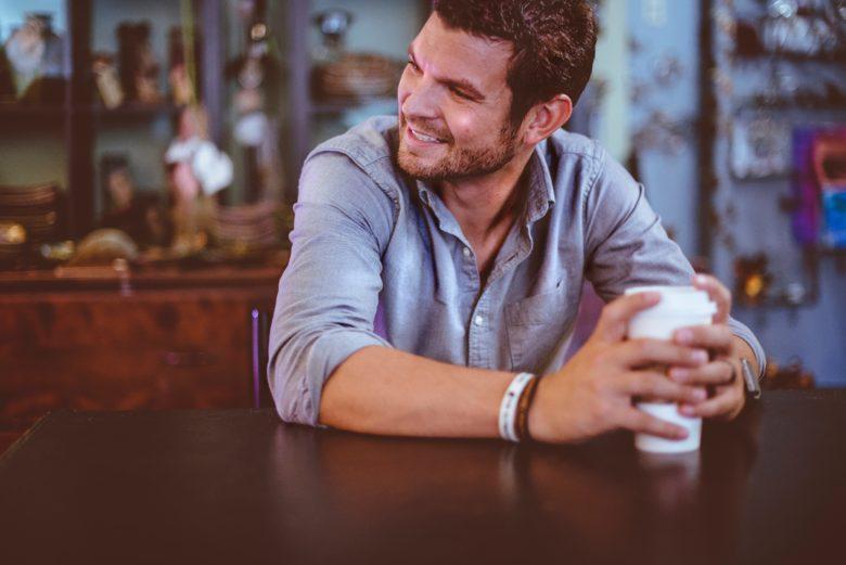 カフェで談笑する男性