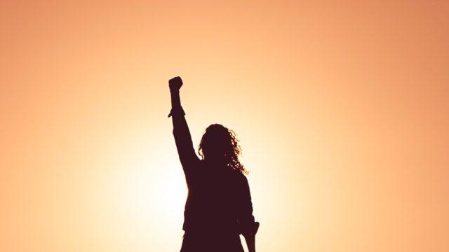 頑張る人を応援する女性