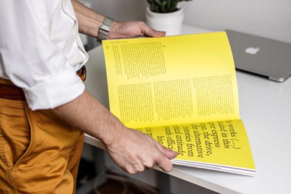 ビジネスを始めるために本を読む人
