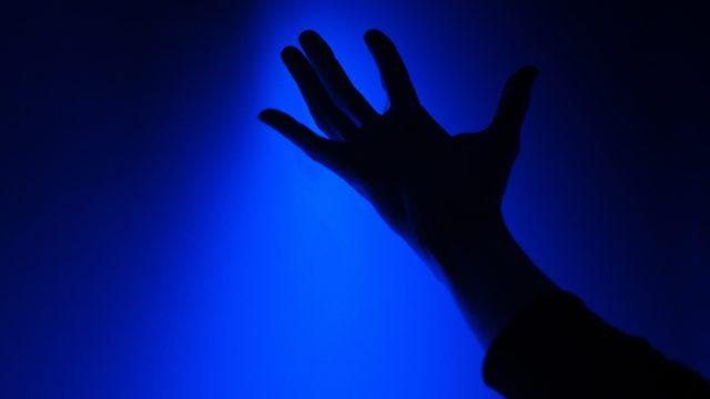 面白いことを探してる人の手