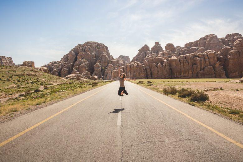 会社を辞めて旅行を楽しむ女性