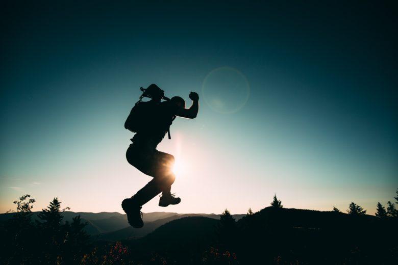 ジャンプして飛び越える人